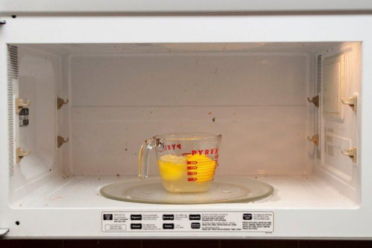 Cómo limpiar el microondas con solo un limón